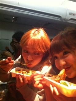 まずはなにはともあれ、腹ごしらえ!機内食はパスタ!!!