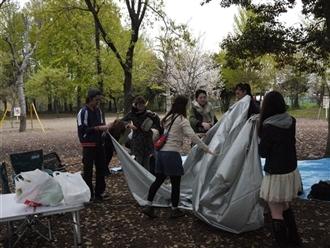 みんなでテントを建てることから始まります♪