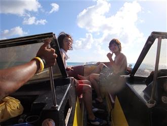 海の男たち!イエーイ!!!意外とエキサイティングな運転で、バナナボートよりも楽しいかも…。