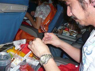 機内食、寒い機内なのでご飯があったかいです♪