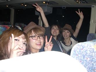 ホテルまでのバス内にて、深夜1時を回ったところですが、女子はハイテンション!!!さすがです♪