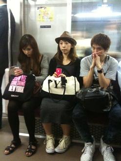 このメンバーで電車に乗っているのが不思議です。