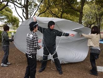 人間はテントで空を飛べるのでしょうか??実験です。