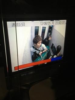 エレベーターの防犯カメラの映像です