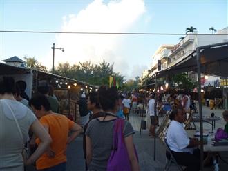 ここは木曜日だけ開催される市場のような屋台のような…。