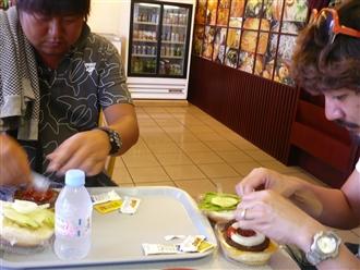 帰りの空港にて、やっぱり食べます。サイパンの空港のお食事はかなりの値が張りますのでご注意を!!!