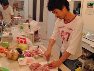 鶏肉担当リュウタくん。鶏肉を切る、切る、切る。なんだか鳥に見えてきました。。。(笑)