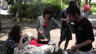 リョウくん、お皿!!!あれっ、手に持っているのは塩コショウ…。やっぱり…。ワイルドだろ~~。