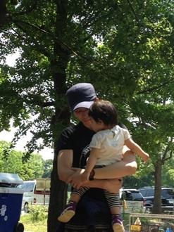 なかなか慣れた手つきで抱っこしていますね。こんなパパいますよね~。