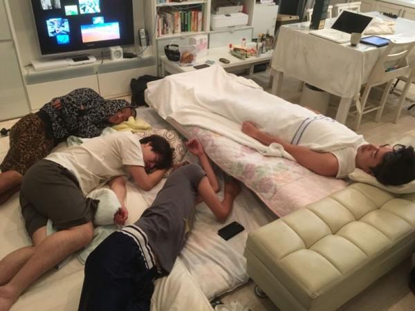男子たちはこんな感じで寝たようです(+_+)