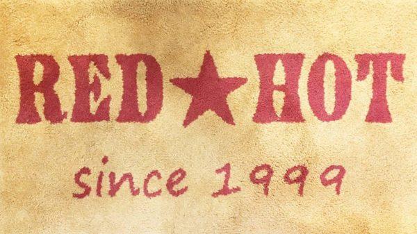 1999年創業のレッドホットです。「最新の」意味を持っています。