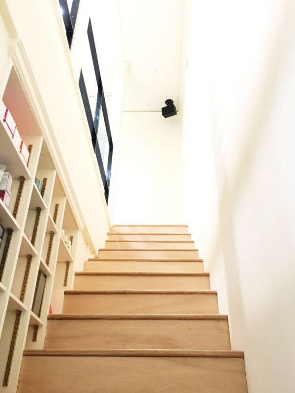 2階へ上がる階段です。