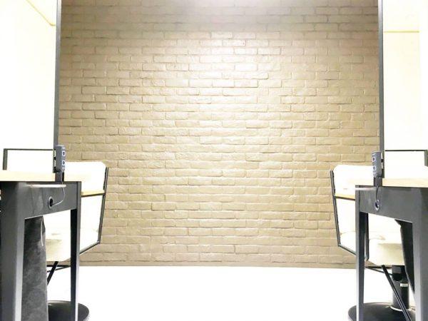 壁の1部分をシックなレンガ調で落ち着いて頂けます。