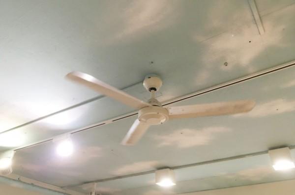 美容室特有の匂いがこもらないように、空気を循環させ多めに作った換気扇でクリーンな空間をご用意しています。